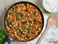 Spinach and chickpea curry! This super fast skillet meal is packed with flavor and nutrients (plus vegan and gluten free! Step by step photos. Veggie Recipes, Indian Food Recipes, Vegetarian Recipes, Dinner Recipes, Cooking Recipes, Healthy Recipes, Chickpea Recipes, Healthy Meals, Mets
