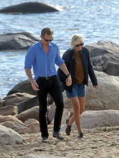 Tom Hiddleston and Taylor Swift at the beach on Rhode Island, Tuesday afternoon (14.06.2016). It's only been 2 weeks since her break up with Calvin Harris. Sources say that he suspected she was cheating after the amazing dance-off between Taylor and Tom at the Met Gala in May. Now these pictures were released and viewers report that they acted like a real couple, cuddling and even kissing! #Hiddleswift