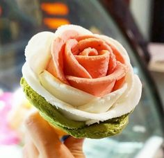 20 Japanese desserts that are way too cute to eat - Rose-shaped ice cream ♥ Ice Cream Desserts, Sweet Desserts, Delicious Desserts, Yummy Food, Rose Ice Cream, Gelato Ice Cream, Desserts Japonais, Japan Dessert, Candy Drinks