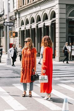 Best street style looks of pfw spring 2018 the fashion medley уличная одежд Fashion Weeks, Fashion Outfits, Fashion Trends, Style Fashion, Street Style New York, Moda Fashion, Womens Fashion, Dress Over Pants, Look Jean