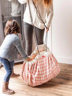 Praktisches Accessoire für jedes Kinderzimmer. Damit geht Aufräumen im Nu. Einfach kleine Spielsachen hinein und Aufbewahrungsteppich zusammenziehen.