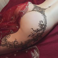 """Sexy Henna by #GINKASEROTIC уже даже не пояс... Гранатовая Арка, увенчанная Короной Дорогое удовольствие из серии """"Ты этого достойна"""")) этот новый дизайн просто потрясно обрамляет формы!я сама аж загляделась! А меня, как вы понимаете, уже сложно удивить)) 2,5-3 часа работы в режиме импровизации- только натуральной хной! На июнь мест больше нет, даже жаль.. но будьте начеку- возможны спонтанные анонсы! . . Каждый орнамент уникален, и подобран под фигуру модели! #долго #дорого и #в..."""