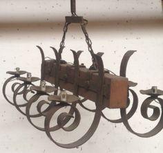 lustre rustique bois plus fonte de fer model huit bras de lumière . XX siècle .