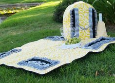 Picnic bag and blanket free pattern by Bev of @Bev McCullough {Flamingo Toes} with Pellon Machine Embroidery Projects, Quilting Projects, Sewing Projects, Sewing Ideas, Quilting Tutorials, Sewing Tips, Picnic Bag, Picnic Blanket, Outdoor Blanket