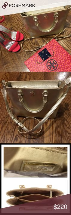 """Tory Burch Robinson Small Square Tote - Beautiful This beauty is made of the highest-quality, scratch-resistant SAFFIANO leather-.soft yet keeps its structure. The design features several interior pockets for organized belongings & an adjustable, removable cross-body strap(23"""" drop) so you can carry it hands-free Holds a large wallet, a phone and a 7"""" tablet Zipper Closure Tubular handles 3.54"""" drop  1 interior zipper pocket, 2 open pockets H 7.57"""" L 9.36""""D 5.38""""W Store Return - very little…"""