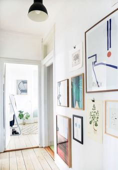 Gang med værker fra gulv til loft Gallery wall with abstract art in hallway Paris Bedroom, Victorian Bedroom, Collage Frames, California Homes, Decorating Small Spaces, Decorating Ideas, My Living Room, Rustic Design, Interior Inspiration