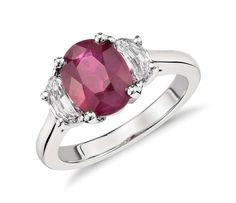 鉑金橢圓紅寶石與半月形鑽石三石戒指(主石 3.04 克拉)