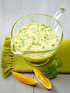 Salat-Dressing mit Buttermilch, Koriander und Orange