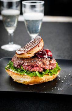 Burger with foie gras and cherry sauce Burger Mania, Burger Co, Burger Ideas, Burger Recipes, Goose Recipes, Cherry Sauce, I Chef, No Salt Recipes, Street Food