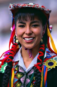 Cusco, Peru  | A girl dressed with traditional clothes during a parade ©  Sergio Pessolano