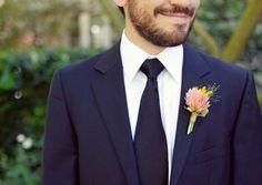 noivo de fato azul marinho e gravata escura