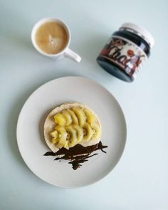 Me encantan los martes  Los martes hay tortitas para desayunar  Las de hoy son de harina de avena sabor donut #maxprotein con rodajitas de kiwi @zesprikiwifruit SunGold y crema de cacao NutChoc de @max_protein DELICIOUS!