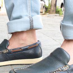 Calças com a barra dobrada estão chegando com tudo neste verão. São estilosas e possibilitam várias combinações. Na foto, calça jeans com mocassim da Richards. ;)  #RadicalChic #ModaMascilina #Richards74 #Calça #Jeans