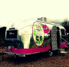 Salon on wheels! Valk Chuah Kiss N Makeup Parlour Airstream Parlour Mobile Hair Salon, Mobile Beauty Salon, Vintage Airstream, Vintage Trailers, Mobile Pet Grooming, Mobile Spa, Mobile Business, Mobile Boutique, Home Salon