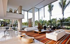 As casas com pé direito duplo oferecem amplitude visual para os ambientes! Também trazem mais claridade natural para dentro das sala...