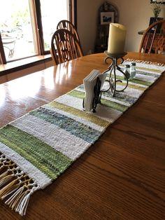 Loom Weaving, Tapestry Weaving, Hand Weaving, Peace Crafts, Cricket Loom, Weaving Projects, Black Table, Weaving Patterns, Crochet Motif