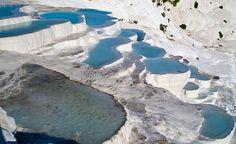 Pamukkale – Turquia  Pamukkale é um conjunto de piscinas termais de origem calcária que com o passar dos séculos formaram bacias gigantescas de água que descem em formato de cascata em uma colina, as piscinas estão próximas a Denizli, na Turquia.