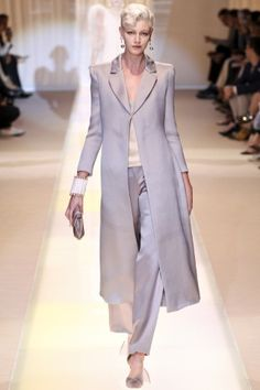 See all the Collection photos from Giorgio Armani Prive Autumn/Winter 2013 Couture now on British Vogue Fashion Week, Look Fashion, High Fashion, Fashion Show, Fashion Design, Review Fashion, Style Haute Couture, Couture Fashion, Runway Fashion