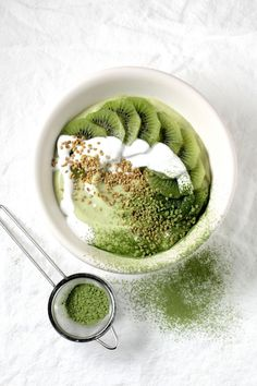 green matcha smoothie bowl. // In need of a detox tea? Get 10% off your teatox order using our discount code 'Pinterest10' on www.skinnymetea.com.au X