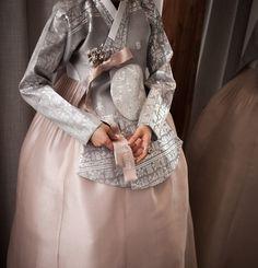 청담한복 부럽지 않아 안녕하세요, 여러분 :) 고퀄리티의 아름다운 한복을 찾고 계신다면 청담한복과 견주... Korean Traditional Dress, Traditional Fashion, Traditional Dresses, Scenic Photography, Night Photography, Landscape Photography, Modern Hanbok, Korean Dress, Historical Costume