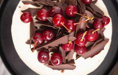 Tort cu vișine și ciocolată inspirat de Foret Noire - Ciocolată Şi Vanilie Sweet Cakes, Something Sweet, Mousse, Fondant, Cherry, Fruit, Food, Black Forest Cake, Essen