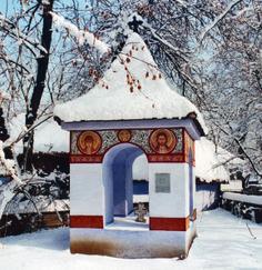 Troiţa din  Răşinari, Sibiu a fost reconstruita în muzeu în anul 1936, după un exemplar existent in situ, ridicat de obştea satului, datând de la mijlocul sec. al XIX-lea. El este tipic pentru satele din Mărginimea Sibiului. Pictura, în frescă, reprezintă medalioane cu sfinţi încadraţi în chenare cu motive geometrice, a fost realizată de meşteri ţărani cu talent în pictură. Europe, Cabin, House Styles, Outdoor, Home Decor, Romania, Cities, Rural Area, Travel