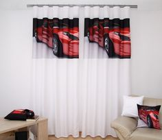 Bílý závěs na okno s motivem červeného auta