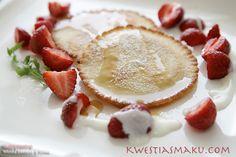Pancakesy jak racuszki, placki z proszkiem do pieczenia, smaczne placki, racuchy z proszkiem, przepis na racuchy z proszkiem, naleśniki z sodą, smaczna potrawa z mleka, mąki i jajka. Potrawy mączne przepisy, naleśniki przepisy sprawdzone. Dekoracja pancakesów z truskawek i śmietanki, śmietanka waniliowa do naleśników, przepis na dodatki do naleśników, modne włoskie dania, modne pancakesy, modne naleśniki, ciekawe naleśniki