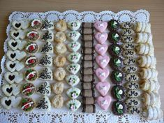 Different Pastries Lined up Christmas Sweets, Christmas Baking, Christmas Cookies, Mini Desserts, Easy Desserts, Delicious Desserts, Wedding Plates, Wedding Sweets, Cake Cookies