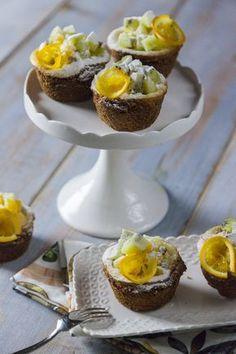 Mini cheesecake con frutta fresca: Queste #mini #cheesecake con #frutta fresca sono una soluzione veloce e molto semplice per conquistare parenti e amici: assaggiale, le adorerai!