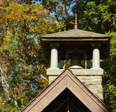 A torre e o sino da Capela Barbara Johnson Prickett, no campus da Escola Westminster em Atlanta, estado da Georgia, USA. A torre de granito Adirondack, com 8,2 m de altura,  está localizada na parte traseira do edifício.  Paisagismo: Richard Anderson.  Fotografia: Terry Kearns no Flickr.