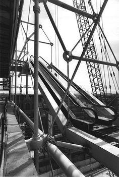 Vues des escaliers mécaniques suspendus sur la façade, avant la pose des arceaux…