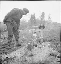 Een paratrooper bij het geïmproviseerde graf van een gesneuvelde kameraad.