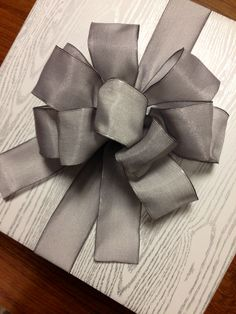 d3fe29ee75c74 Elegant gift wrapping idea - beautiful gray bow  giftwrapping  gray   emballagecadeau
