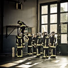 Exercice de la planche à la caserne Volunteer Firefighter, Fire Fighters, Men In Uniform, Helping Hands, Firefighting, Fire Department, Paris France, My Hero, Sassy