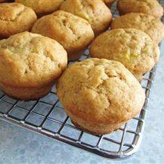 Bananen muffins zijn een gezonde snack na schooltijd voor kinderen. Ze zijn makkelijk te maken en zijn goed in te vriezen. Dus, maak deze in plaats van die bruine bananen weg te gooien!