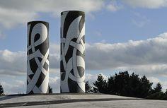 Rond-point les Totems oeuvres du sculpteur Patrig Goarnic, et symbolisent la Terre et la Mer Armor et Argoat Rond point de Chateaulin. - Finistère - Bretagne - Louis Bourdon