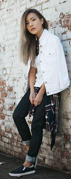 Who made Gigi Hadid&39s white denim jacket skinny jeans and print