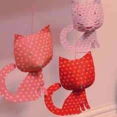 Me encanta el toque tan original y alegre que dan estos simpáticos gatitos a la habitación infantil!😊 Son geniales para colgaros de una estantería o en el cabecero de la cama, ponerlos en la puerta de un armario o colgarlos directamente en la pared!😋 ¿Os gustan? Link en bio👆 📷 https://www.minimoi.com/es/colgante-gatitos-lindos.html