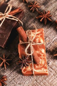 We show you how you can make soap with cinnamon and anise yourself. - We show you how you can make soap with cinnamon and anise yourself. When you wash your hands, you f - Homemade Soap Recipes, Homemade Soup, Hair Removal Diy, Christmas Soap, Xmas, Nails Polish, Diy Presents, Bath Soap, Handmade Soaps