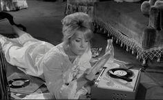 """Catherine Deneuve dans """"Les Parisiennes"""", 1961."""