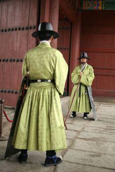 Two palace guards, Seoul, Korea historia y modernidad unidos de manera armoniosa reflejada en este país <3