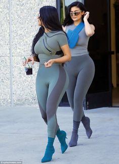 Kim Kardashian & Kylie Jenner Arrive for a Photo Shoot in LA!: Photo Kim Kardashian and Kylie Jenner are striking a pose! The Keeping Up With The Kardashians stars were spotted arriving for a photo shoot on Tuesday (June in… Khloe Kardashian, Kardashian Kollection, Kim Kardashian Leggings, Kim Kardashian Photoshoot, Kylie Jenner Outfits, Kylie Jenner Mode, Kylie Jenner Bikini, Kyle Jenner, Kim And Kylie