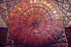 O lugar também é conhecido como a Mesquita Rosa, por causa das telhas de cor-de-rosa que cobrem o interior. No entanto, escolher apenas uma cor não faz justiça à infinidade de tons que são vistas no local