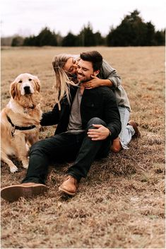Couple Photoshoot Poses, Couple Photography Poses, Couple Shoot, Fall Couple Pictures, Dog Christmas Pictures, Shooting Photo Couple, Photos With Dog, Family Photos, Beach Vibes