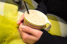 chai CHAI chai chai cHAi chai TEA   -> kilka ziaren kardamonu, kawałek pokrojonego w paski imbiru, goździki, gwiazdki anyżu, łyżeczkę cynamonu i zmielony czarny pieprz gotuj ok 5min w trzech kubkach wody (im dłużej gotujesz tym więcej aromatu oddadzą przyprawy i tym bardziej pikantna będzie herbata).  -> po zagotowaniu dodaj trzy łyżeczki czarnej herbaty i pozwól jej się zaparzyć ok 3-4 min.  -> herbatę przelej przez sitko do kubków i dodaj miód albo rum tak jak ja :)