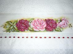 Tolha branca com pintura de rosas