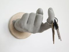 Concrete hand hook — cool. Mehr