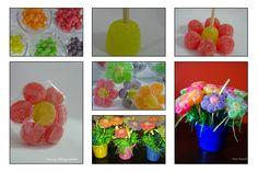 Flor de jujuba - Material necessário:    -Jujubas coloridas 1 saco grande rende aproximadamente 32 flores- contando com as perdas-aquelas tronchas, grudadas, que vem em pedacinhos e as que minha boca surrupiou!! rsrsr  - Folhas de Celofane 12 x 12 cm, tentei fazer com a 10 x 10 com, mas não consegui.  - Palitos de pirulito, churrasquinho, brochet…  -Durex e fita de cetim para finalizar
