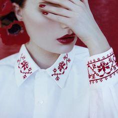 Une chemise brodée de motifs russes au point de croix